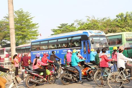 'Hung thần' chở công nhân tung hoành trên quốc lộ 1A - ảnh 1