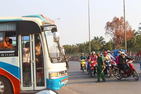 'Hung thần' chở công nhân tung hoành trên quốc lộ 1A - ảnh 2
