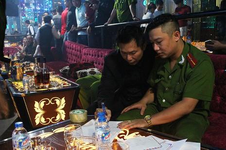 Cảnh sát đột kích vũ trường, hơn 700 khách chơi giữa đêm khuya - ảnh 10