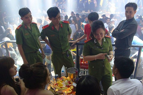 Cảnh sát đột kích vũ trường, hơn 700 khách chơi giữa đêm khuya - ảnh 4