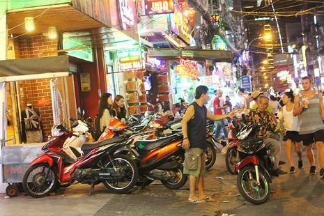Loạn vỉa hè: Cận cảnh phố ốc Vĩnh Khánh và phố Tây Bùi Viện - ảnh 3