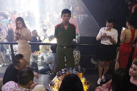 Cảnh sát đột kích vũ trường, hơn 700 khách chơi giữa đêm khuya - ảnh 3