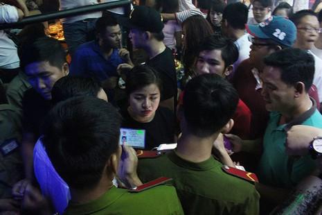 Cảnh sát đột kích vũ trường, hơn 700 khách chơi giữa đêm khuya - ảnh 7