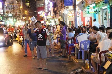 Loạn vỉa hè: Cận cảnh phố ốc Vĩnh Khánh và phố Tây Bùi Viện - ảnh 2