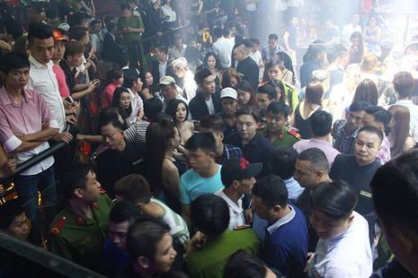 Cảnh sát đột kích vũ trường, hơn 700 khách chơi giữa đêm khuya - ảnh 5