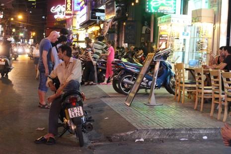 Loạn vỉa hè: Cận cảnh phố ốc Vĩnh Khánh và phố Tây Bùi Viện - ảnh 4