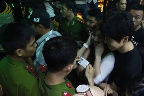 Cảnh sát đột kích vũ trường, hơn 700 khách chơi giữa đêm khuya - ảnh 6