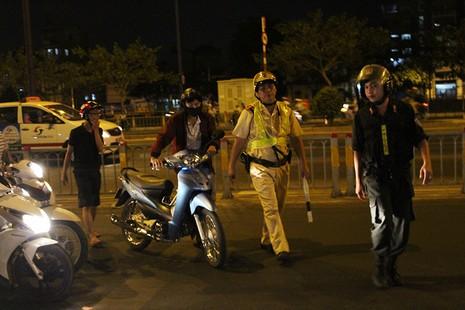 """Cảnh sát giao thông chốt chặn, kiểm tra xe """"độ""""  - ảnh 2"""