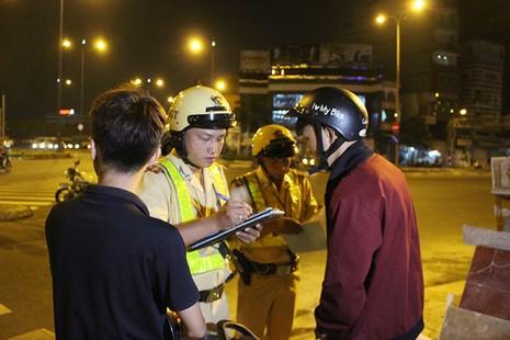 """Cảnh sát giao thông chốt chặn, kiểm tra xe """"độ""""  - ảnh 4"""