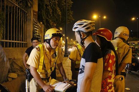 """Cảnh sát giao thông chốt chặn, kiểm tra xe """"độ""""  - ảnh 6"""