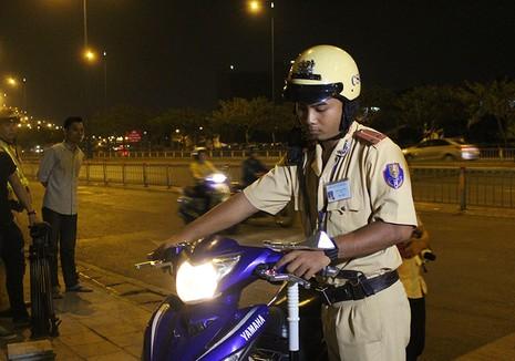 """Cảnh sát giao thông chốt chặn, kiểm tra xe """"độ""""  - ảnh 3"""