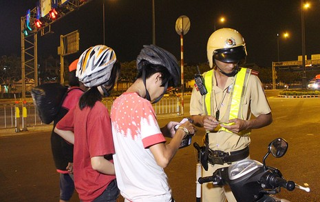 """Cảnh sát giao thông chốt chặn, kiểm tra xe """"độ""""  - ảnh 5"""