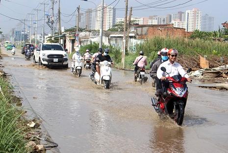 Hơn 1km đường Lương Định Của ngập dù trời nắng chang chang.