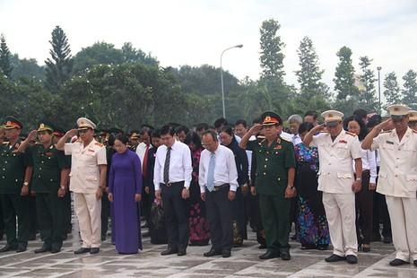 Đoàn dành một phút mặc niệm tưởng nhớ các anh hùng liệt sĩ.