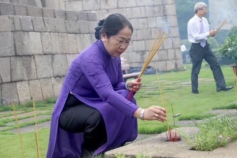 Phó Bí thư Thành ủy TP.HCM Võ Thị Dung cũng đến dâng hương