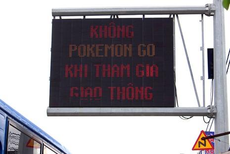 Lời nhắn 'Không Pokemon Go khi tham gia giao thông' trên quốc lộ 1A - ảnh 2