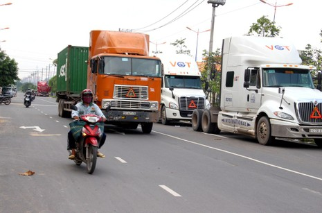 Container 'tung hoành' ở đường song hành Xa Lộ Hà Nội - ảnh 3