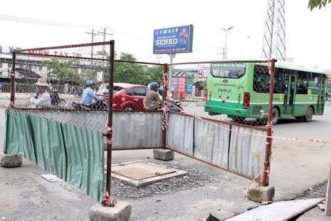 Hố ga đã được đóng nắp và có rào chắn sau khi xảy ra sự cố chết người (Ảnh chụp ngày 22-10). Ảnh: LÊ THOA