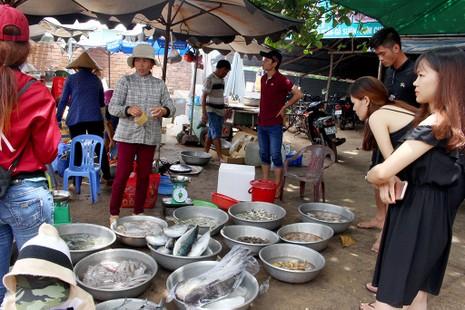 'Chảy nước miếng' với chợ hải sản ở Hồ Tràm - ảnh 9