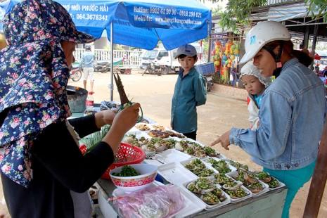 'Chảy nước miếng' với chợ hải sản ở Hồ Tràm - ảnh 1