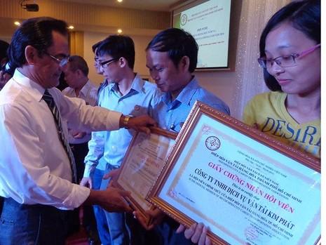 ng Quản trao giấy chứng nhận hội viên mới