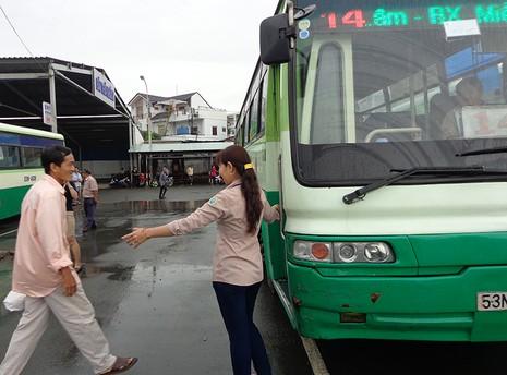 Trao bằng khen cho hai nhân viên xe buýt tử tế - ảnh 3