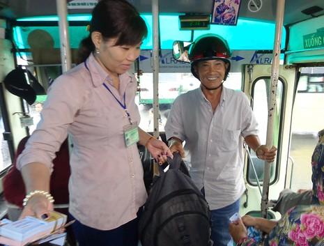Trao bằng khen cho hai nhân viên xe buýt tử tế - ảnh 4