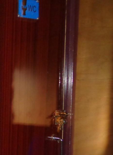 """""""Dấu tích"""" còn lại của các nhà vệ sinh cũ trên các toa xe là những bộ chốt cửa phía ngoài có các tai và lỗ móc ống khóa!"""