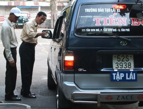 Kiểm tra các trường dạy lái xe ở TP.HCM - ảnh 1