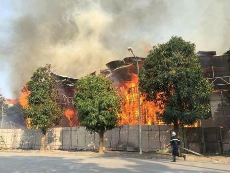 Hà Nội: Cháy khủng khiếp tại dự án bỏ hoang - ảnh 1