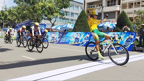 Nguyễn Thị Thật nắm chắc chiếc áo xanh - ảnh 1