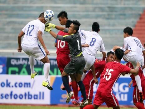 Pha bóng không chiến trong cuộc đối đầu giữa chủ nhà Tây Ninh (áo đỏ) tiếp TP.HCM.