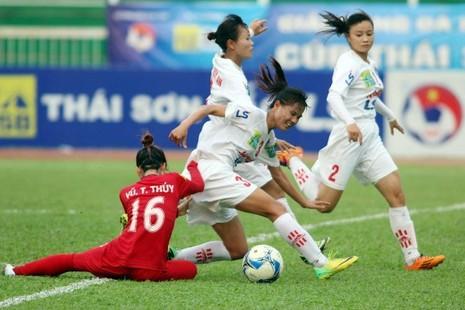 Trận thua 0-1 trước Hà Nội 1 khiến Phong Phú Hà Nam (áo đỏ) đánh mất vị trí á quân trên bảng xếp hạng. ẢNH: CMQ