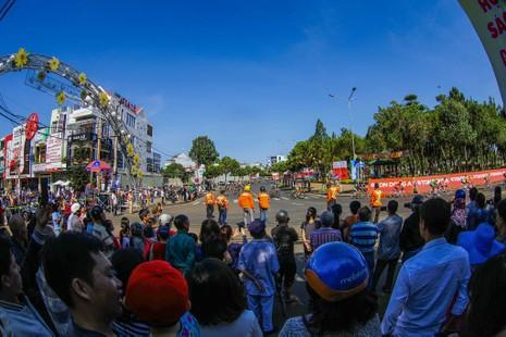 Dân phố núi Pleiku rộn ràng xem đua xe đạp  - ảnh 2