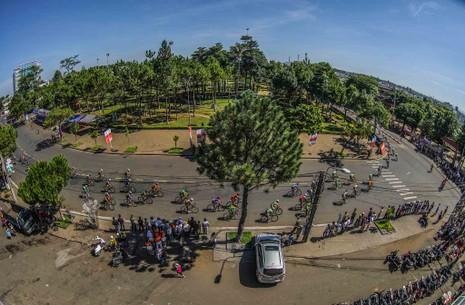 Dân phố núi Pleiku rộn ràng xem đua xe đạp  - ảnh 7