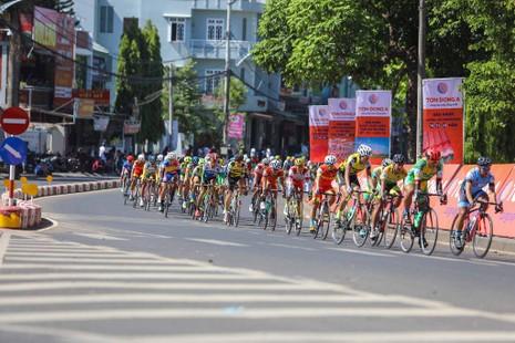 Dân phố núi Pleiku rộn ràng xem đua xe đạp  - ảnh 4