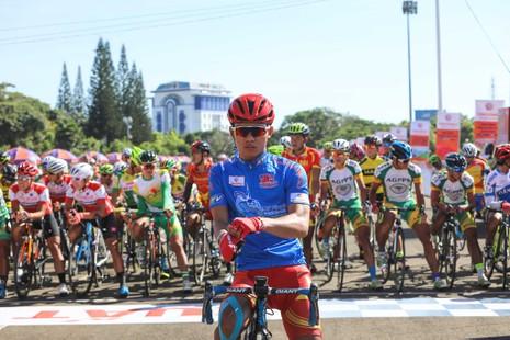 Dân phố núi Pleiku rộn ràng xem đua xe đạp  - ảnh 9