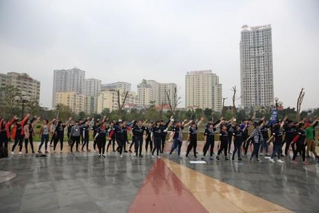 Giới trẻ Hà Nội chạy bộ, đạp xe hưởng ứng giờ Trái đất 2016 - ảnh 4