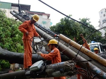 Cơn bão số 1 đã khiến hàng nghìn cột điện bị gãy, đổ.