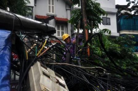Hà Nội: Cây cổ thụ, cột điện lại gãy đổ sau bão - ảnh 4