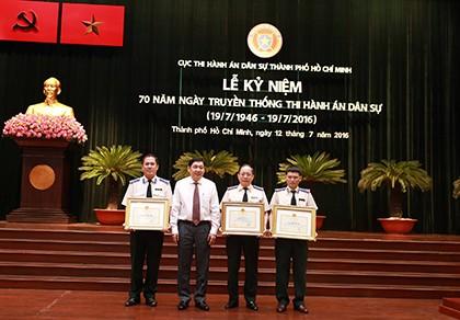Bộ Tư pháp trao bằng khen cho Cục Thi hành án dân sự TP.HCM - ảnh 1