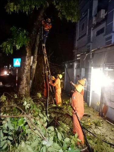 Thợ điện thủ đô nỗ lực khôi phục lưới điện sau bão - ảnh 4