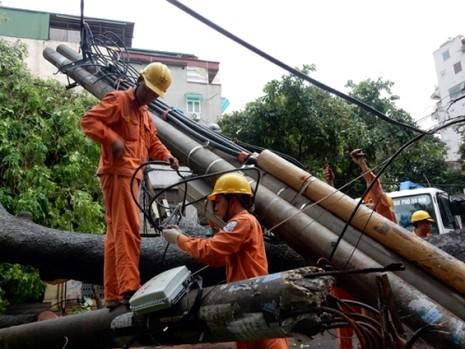 Thợ điện thủ đô nỗ lực khôi phục lưới điện sau bão - ảnh 3