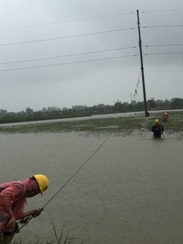 Thợ điện thủ đô nỗ lực khôi phục lưới điện sau bão - ảnh 2