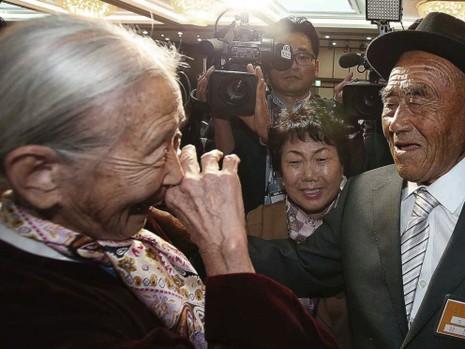 Người dân hai miền Triều Tiên đoàn tụ trong nước mắt - ảnh 2
