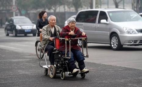 Chiếc xe đặc biệt và cặp vợ chồng 'đẹp đôi nhất Trung Quốc' - ảnh 1