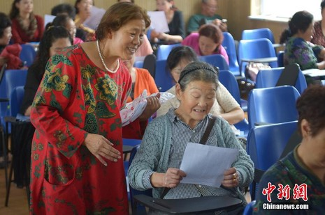 Cụ bà 83 tuổi nhận 8 tấm bằng sau khi theo học ĐH 28 năm - ảnh 1