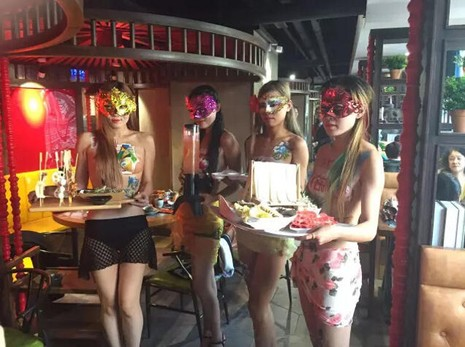 Sốc với nhà hàng tuyển nữ phục vụ để ngực trần - ảnh 4