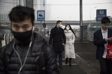 Bị ô nhiễm nặng nhưng khẩu trang Trung Quốc lại bị làm giả - ảnh 1