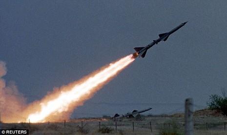 Tên lửa hành trình Nga bay chệch quỹ đạo, rơi xuống nhà dân - ảnh 1